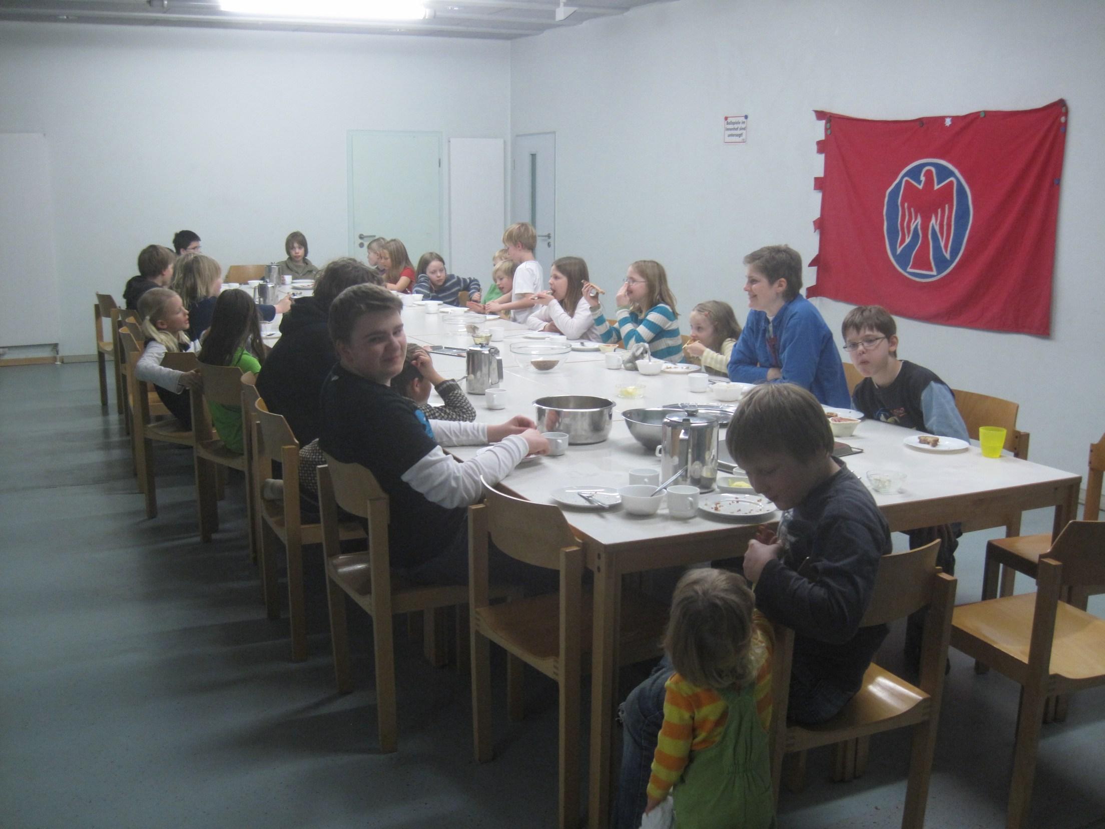 Die versammelte Gruppe beim Mittagessen